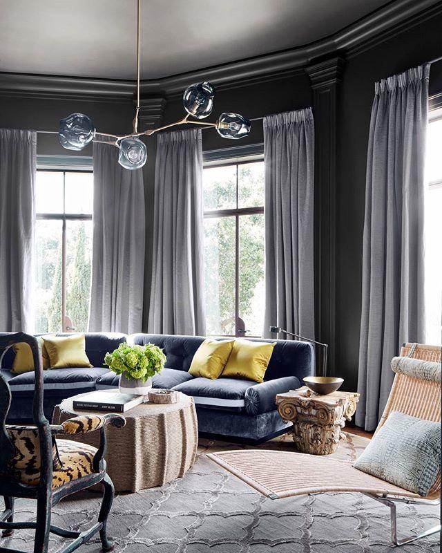 verandamag гостиная поражает современный, но уютный Примечание с гладким бархатом банкетку и глубоко-серые стены. | Фото: @maxkimbee, дизайн: Энн Холден