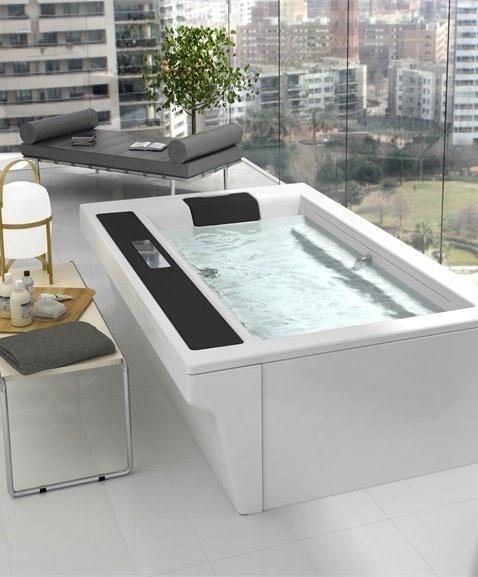 Seated bathtub IN-FLOW by ROCA #bathroom #design #interior #skyline