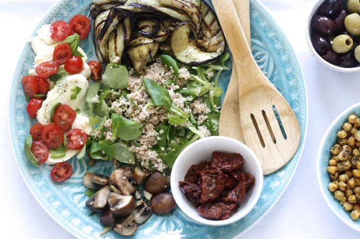 Mezze? Jep. Dat staat voor kleine gerechtjes uit de mediterrane keuken. Zo gezellig! En eigenlijk heel gemakkelijk om zelf te maken. Soms worden dit soort hapje