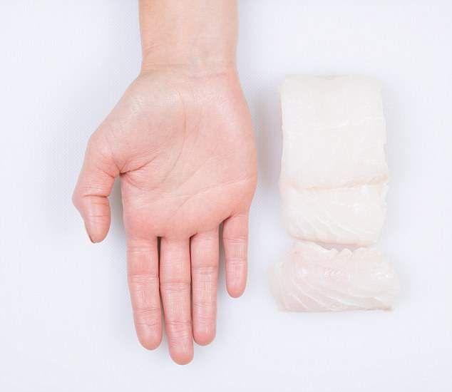 Белая рыба, такая как треска, пикша или сайда содержит мало жира и калорий, и поэтому порция может достигать размеров вашей расправленной кисти (около 150 грамм и 100 калорий).  Белая рыба содержит небольшое количество омега-3, и является хорошим источником селена, важного для иммунной системы, здоровых волос и ногтей.