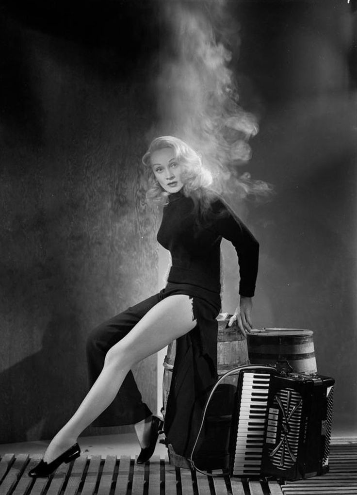 the one and only, Marlene Dietrich,   por John Engstead