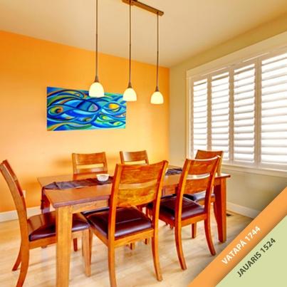 """Cores fortes também podem dar um toque especial na decoração da sua sala de jantar. A combinação dos tons """"Vatapá"""" e """"Jauaris"""" da Tintas Iquine, além de ornar com os tons do piso, estimulam o apetite."""