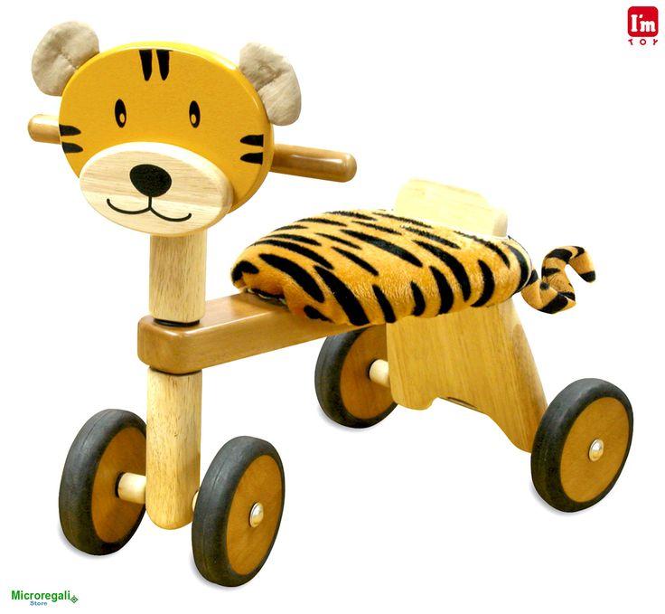 Triciclo in Legno TIGROTTO cm 47x42x30 per bambini. Primi Passi. Età 19 Mesi. I'm Toy.I'm Toy sono giochi e giocattoli prodotti in Thailandia, sono Eco Friendly poiche' utilizzano legno di alta qualita' degli alberi della gomma che non sono piu' produttivi e vengono quindi abbattuti. In questo modo si da nuova vita al legno.