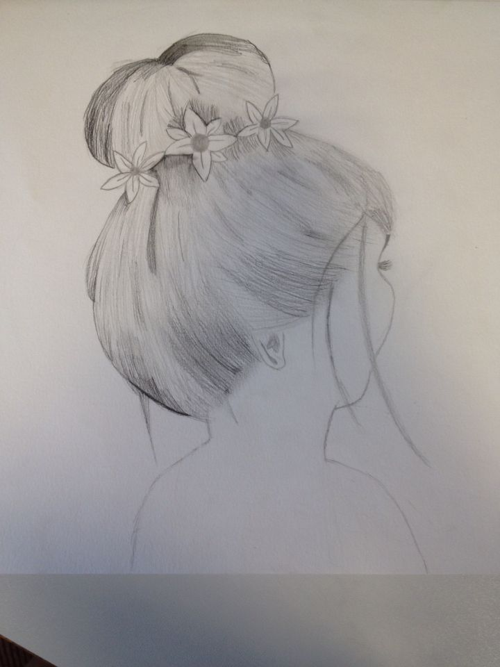 Ik ben hier begonnen aan het haar met een licht potlood en ik heb er steeds een nieuwe laag over heen gedaan om een mooi effect te krijgen.ik ben een beetje begonnen met arceren. de volgende week ga ik een donkere laag doen en de bloemen wat donkerder maken. ik weet nog niet hoe de nek eruit komt te zien, maar dat ga ik op het laatst doen.