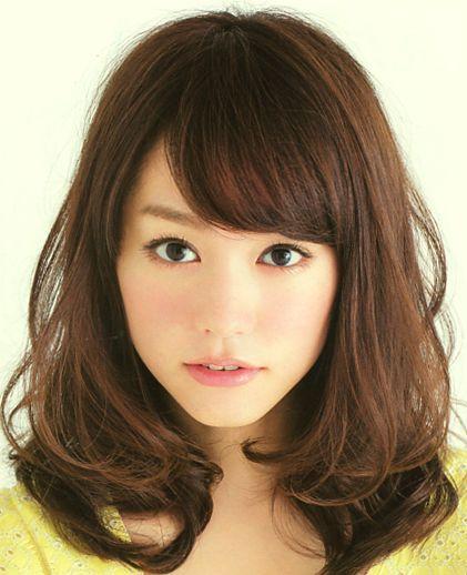 セミロングカット×三角顔さんのヘアスタイルのお手本は桐谷美玲さん☆ゆるめのカーブのアレンジであご周りが華やか♡チャーミングな髪型☆