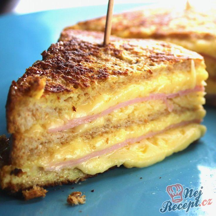 K snídani, na oběd nebo na večeři. Jednoduchý sendvič se šunkou a sýrem. Přidat musíte dostatek sýra, abyste neměli sendvič suchý. Na poprvé jsem dala i já pouze plátek sýra, ale na podruhé, když jsem dělala tuto skvělou snídani, tak jsem sýr nastrouhala. Lépe se roztál a pěkně se spojily všechny vrstvy, i se šunkou i s chlebem. Takže se nebojte přidat pro jistotu více. K tomu chutná čerstvá zelenina, nejlépe domácí, a majonézový dresink s hořčicí, abyste si měli kam chlebíček namočit…