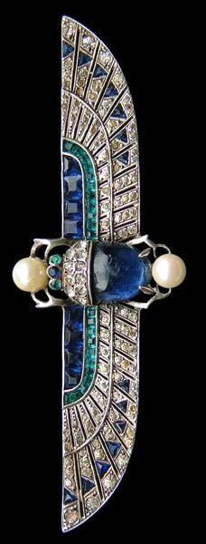 Egyptian motif brooch - Sapphire, emerald, pearl set in white gold. Knoll & Pregizer