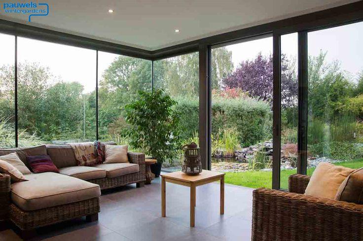 Wohn Wintergarten modern mit Flachdach, größzügiger Schiebetüre und viel Glas. Hersteller Pauwels Wintergärten aus Belgien