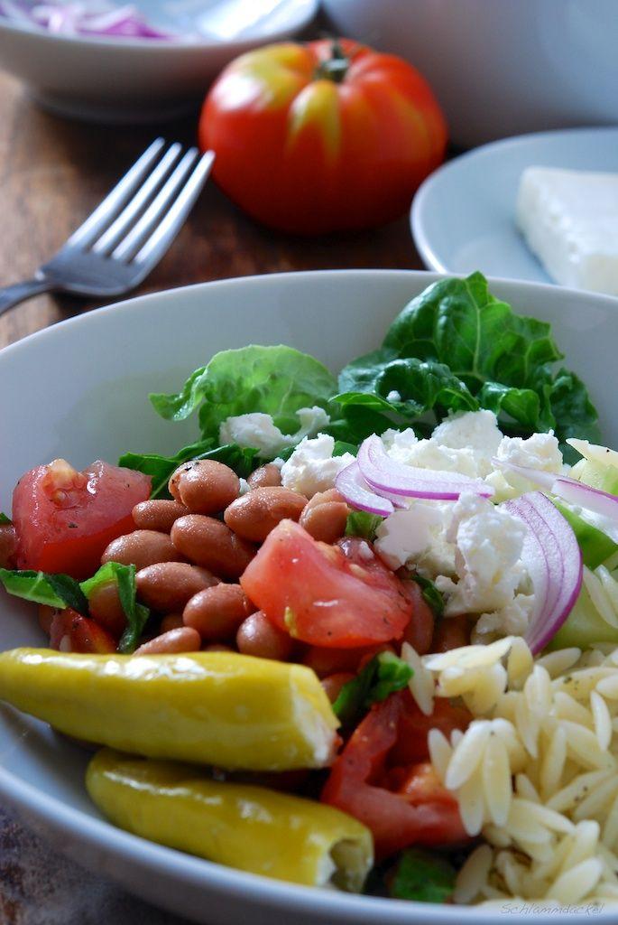Griechischer Salat mit Orzo und Borlottibohnen