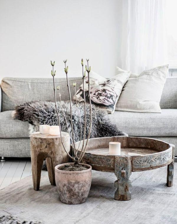 Ein Couchtisch aus Holz fügt Wärme und Natürlichkeit im Wohnzimmer.  -schönes Ensemble