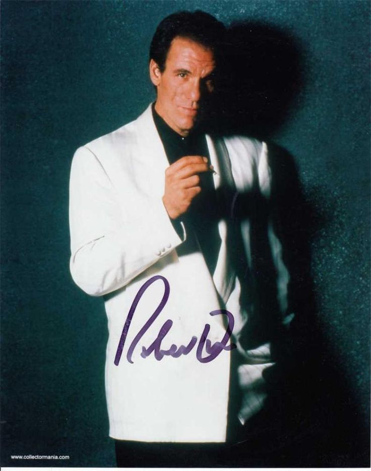 Robert Davi signed 10 x 8 colour photo. James Bond photo signed by Robert Davi who played the villain Sanchez in Licence to Kill.   Good condition.  All items come with a Certificate of Authenticity and can be shipped worldwide.