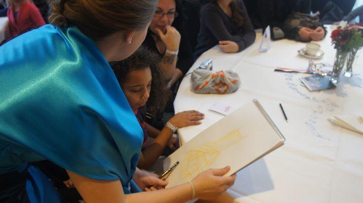 Hofdame Minouk tekende ter plekke sprookjesachtige tekeningen voor de aanwezige prinsesjes.