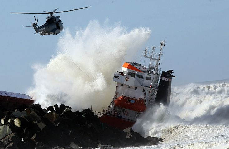 IlPost - Anglet, Francia - Una nave cargo spagnola andata a sbattere contro un pontile e soccorsa da un aereo militare. La foto è del 5 febbraio.  (AP Photo/Bob Edme)