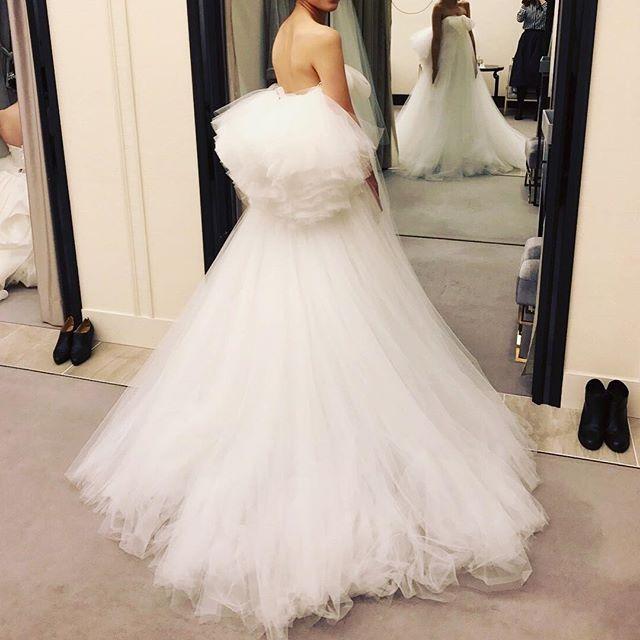 ドレス迷子👗② 念願の天使の羽✨すっごい可愛いけど、これをウェディングドレスにするか迷ってしまう。。 #天使の羽#davidfielden#mirrormirror#ミラーミラー#dress#weddingdress#ウェディング#プレ花嫁