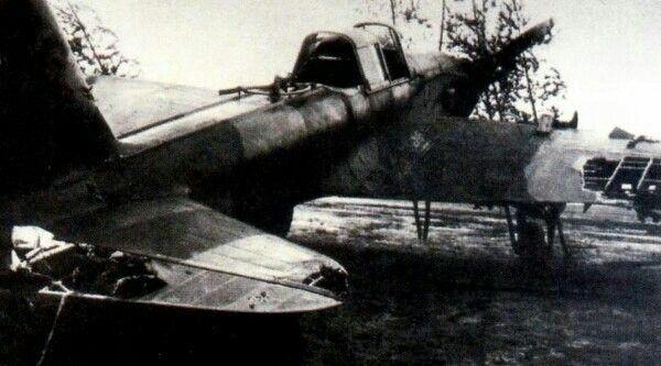 Ил-2, вернувшийся из полета с тяжелыми повреждениями от зенитного огня. На этой машине видна самодельная пулеметная установка для защиты от истребителей, а деревянная хвостовая часть фюзеляжа укреплена наружными металлическими накладками.