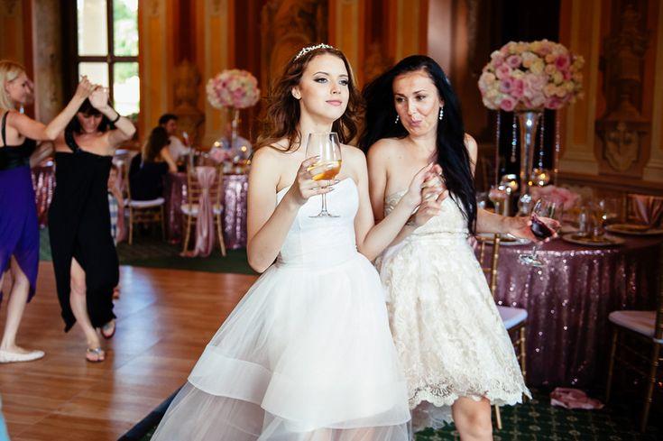 Chateau Liblice.Свадьба в Чехии. Свадебный фотограф в Чехии: репортажные моменты со свадьбы, невеста с подружкой
