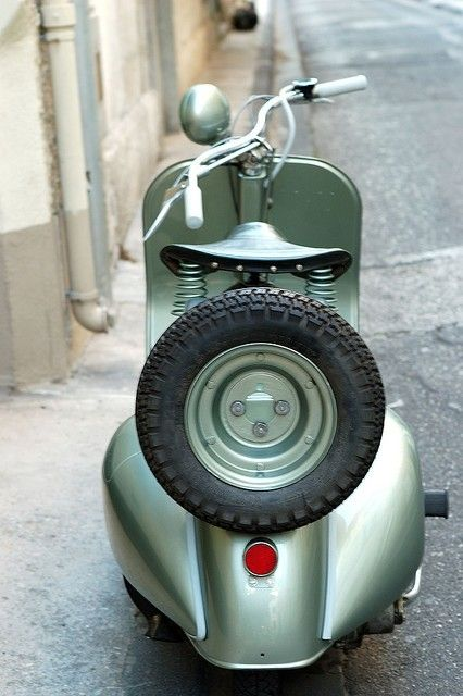 Vintage vespa. This isn't really a car.. But It's still something I want!
