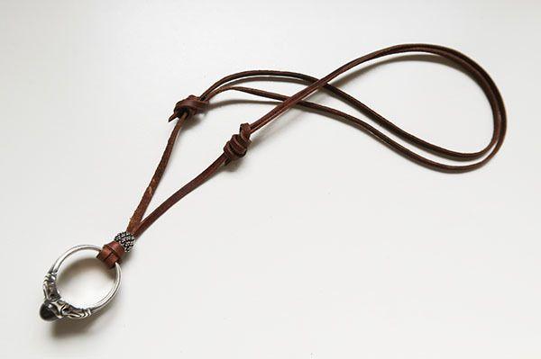 指輪などのリングをトップにした長さの調整が出来る革紐ネックレス。シンプルでスマート。作り方をアップしました。簡単なので是非トライしてみてください!