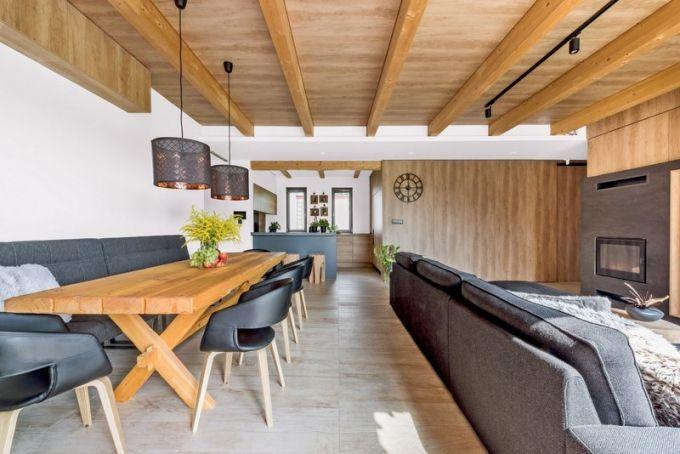 Ke komfortu dřevěného domu přispívá i teplovodní podlahové vytápění. V odpočivné části kraluje sedací souprava Kivik (Ikea) v antracitovém odstínu