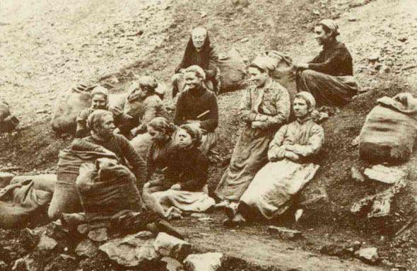 Le sous-prolétariat féminin des bassins d'extraction de charbon en Belgique: les hiercheuses étaient des femmes d'ouvriers mineurs ou des veuves de mineurs qui, faute de ressources suffisantes pour vivre, en étaient réduites à chercher sur les terrils les déchets de charbon.