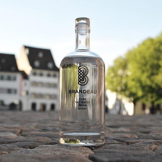 www.brandeau.ch I   Brandeau meets Münsterplatz Basel.  •••  #brandeaubottles #wasser #water #wasserflasche #wassertrinken #wassergenuss #hahnenwasser #stilleswasser #flasche #karaffe #wasserkaraffe #glasflasche #fillin #schweizerwasser #tapbottle #tapwater #basel  #freshwater #münsterbasel #münsterplatz #muensterplatz #steinboden