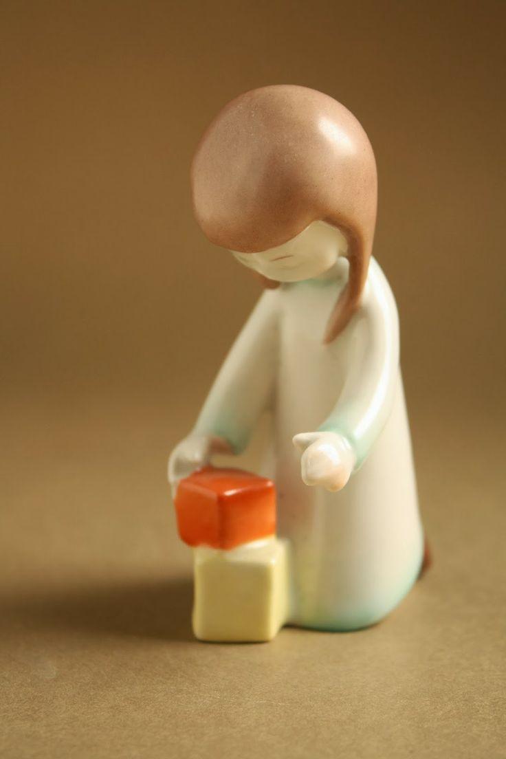 Art deco porcelánok: Kockákkal játszó kislány - Aquincum porcelán