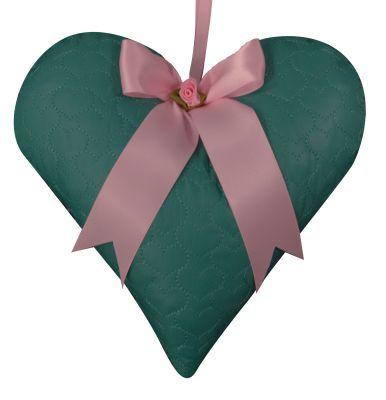 Mooi muziekhart van MOEPA in mintgroene doorgestikte stof met hartjes.  De kasthanger is afgewerkt met een lichtroze strik en lichtroze roosje.