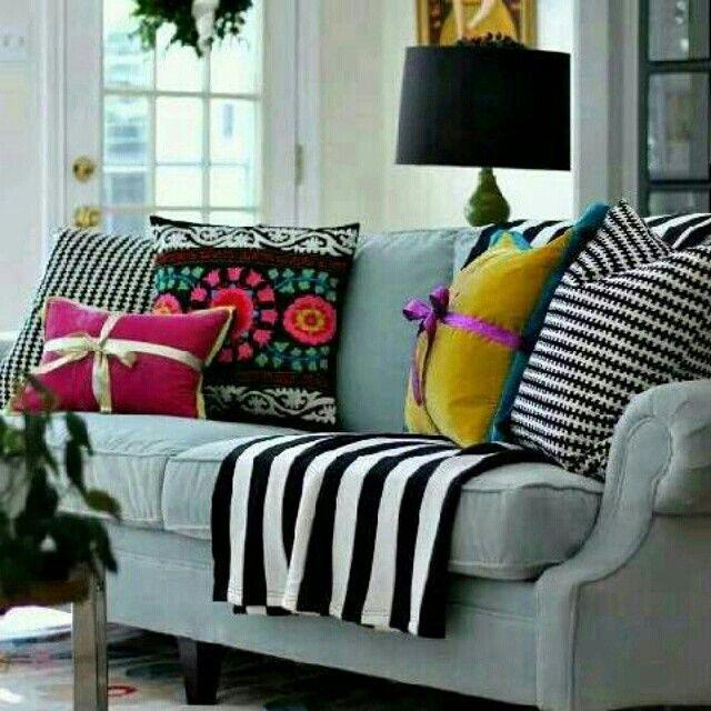 Inspiração linda de uma sala aconchegante e com harmonia de cores e estampas!! Amei e vocês?! Marque aquela amiga que está procurando inspirações pra mudar a sala!!