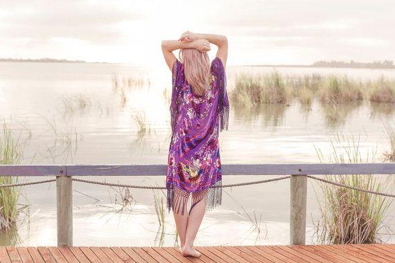 ➳ Papillon de nuit Kimono ➳  Superbe kimono velours franges pourpres avec des papillons énormes et motifs floraux. Cette veste vintage kimono