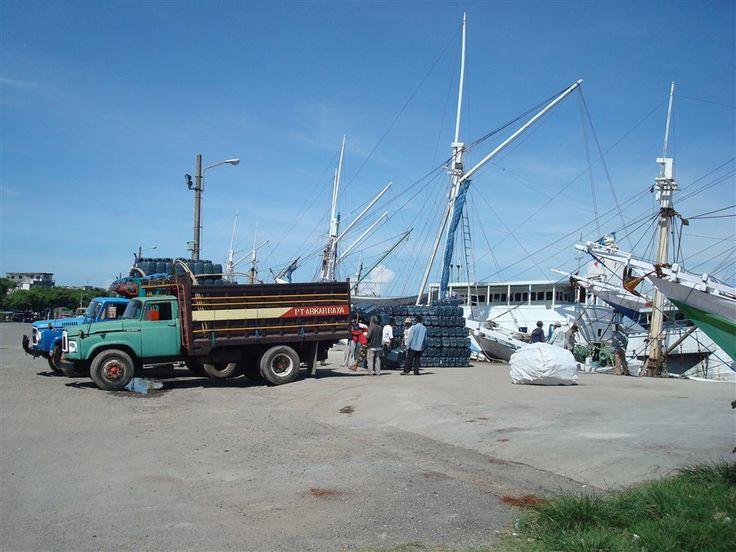 Laden en lossen in de haven van Makassar