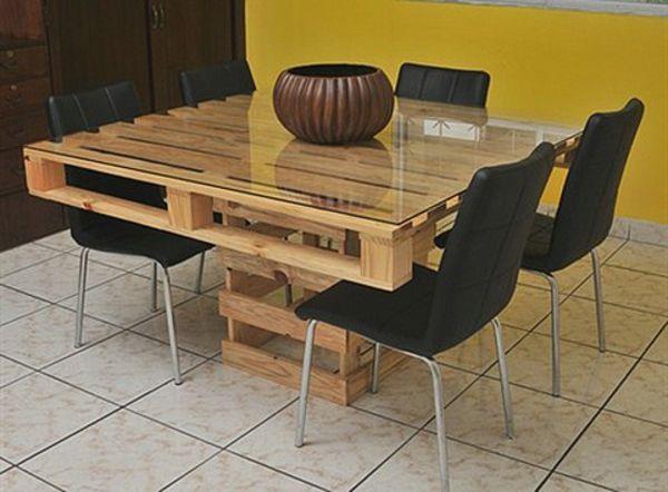 Table salle à manger en palette avec un plateau en verre  http://www.homelisty.com/table-en-palette/