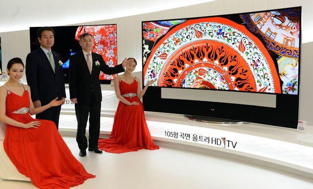 """LG sigue apostando por el OLED como modelo de futuro   A LG siempre le han gustado las pantallas OLED pero por si había alguna duda el fabricante sigue demostrando que su compromiso con las pantallas orgánicas sigue viento en popa. Para ello invertirá 8.500 millones de dólares en el desarrollo de la tecnología OLED para los próximos tres años con lo que poder producir desde nuevos televisores hasta pantallas dedicadas a vehículos. LG describe la jugada como una apuesta """"pionera en este…"""