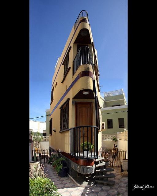 Delightful Single Door House!