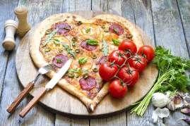 Pizza patří mezi nejrozšířenější a nejoblíbenější jídla světové kuchyně. Pokud ještě nevíte, čím překvapit partnera nebo partnerku na Valentýna, pak vás možná inspiruje náš recept na tuto pochoutku. Příprava není nikterak těžká a pizzu můžete své drahé polovičce udělat třeba i stylově ve tvaru srdce. Co budete potřebovat? Na těsto: Droždí, hladká mouka, olivový olej…