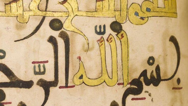 المقتنيات في متحف الفن الإسلامي  مجلد من القرآن الجزء 30 المغرب أو تونس بين القرنين الثاني عشر والثالث عشر الميلاديين ورق MS.11  نص هذا المخطوط مكتوب بالحبر البني الداكن، أما علامات تشكيله فهي باللون الأزرق والأحمر والذهبي. تم تمييز لفظ الجلالة باللون الذهبي، وكذلك أسماء السور التي تم تظليل حدودها باللون الأحمر. وتسترسل انحناءات الخط المغربي الكبيرة على صفحاته لتوحي بنوع من الطلاقة الموجودة على ظهرها وكأنها ظلال الحروف. والجدير بالذكر أن فن الخط لم يكن يتقيد بقواعد صارمة في غرب العالم…