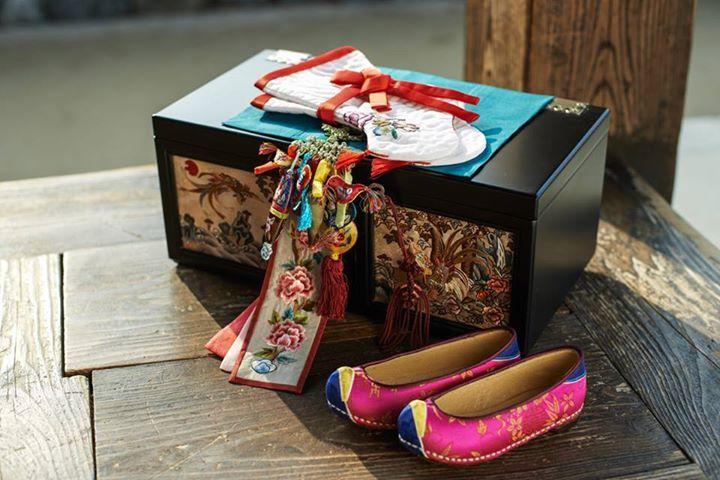 賣箱子/納幣(함사세요/납폐)  韓國結婚習俗,據說到現在仍是婚禮中不可缺少的儀式之一喔!在以前,這個盒子裡會放上送給新娘的韓服、首飾等禮物,以及婚書。過去都是派下人或是花錢請人送,現在大部分都由新郎的朋友送(送的人稱함진아비),他們在離新娘家還很遠時就會開始喊「賣箱子,賣箱子」。  新娘的親朋好友就努力把他們拉進新娘家的院子,然後在院子裏用美酒和美食招待他們,新娘的朋友們要爲新郎的朋友們表演歌舞,新郎是不可以出現的。另外,爲了讓背箱子的人進到家裏,新娘的一個親戚把放了錢的白信封放在地上,一步放一個,讓他們踩著進去,新郎的朋友則和新娘家的人邊鬧邊踩著信封進新娘家。 http://bit.ly/1jj6jIG