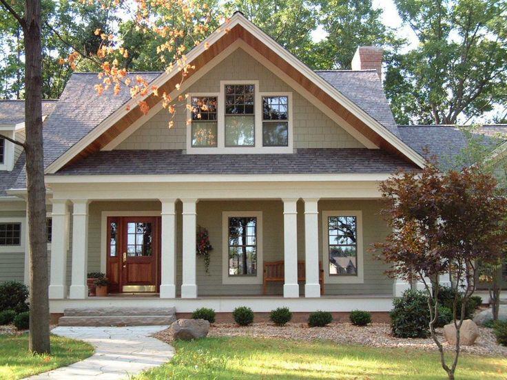 Дизайн фасада деревянного дома бежевого цвета в кантри стиле