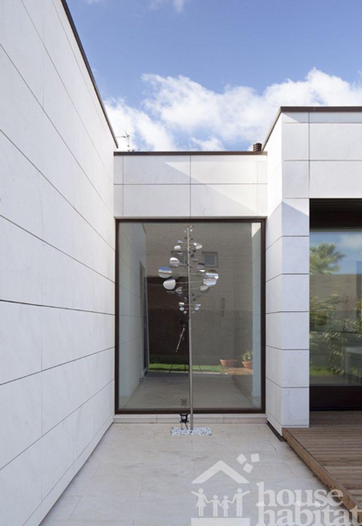 Fachada ventilada con piedra Capri de casa de estructura de madera.