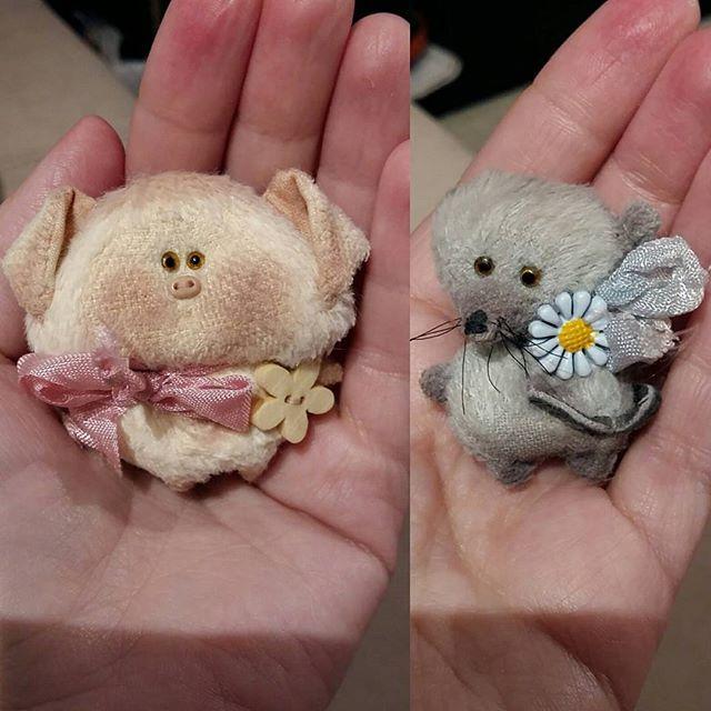 WEBSTA @ skazkalab - Спасибо @nataliasafykova за чудесный подарок! Влюблена в этих брошко-зверей)) #брошь #брошка #брошкаручнойработы #поросенок #мышка #натальяпереверзева