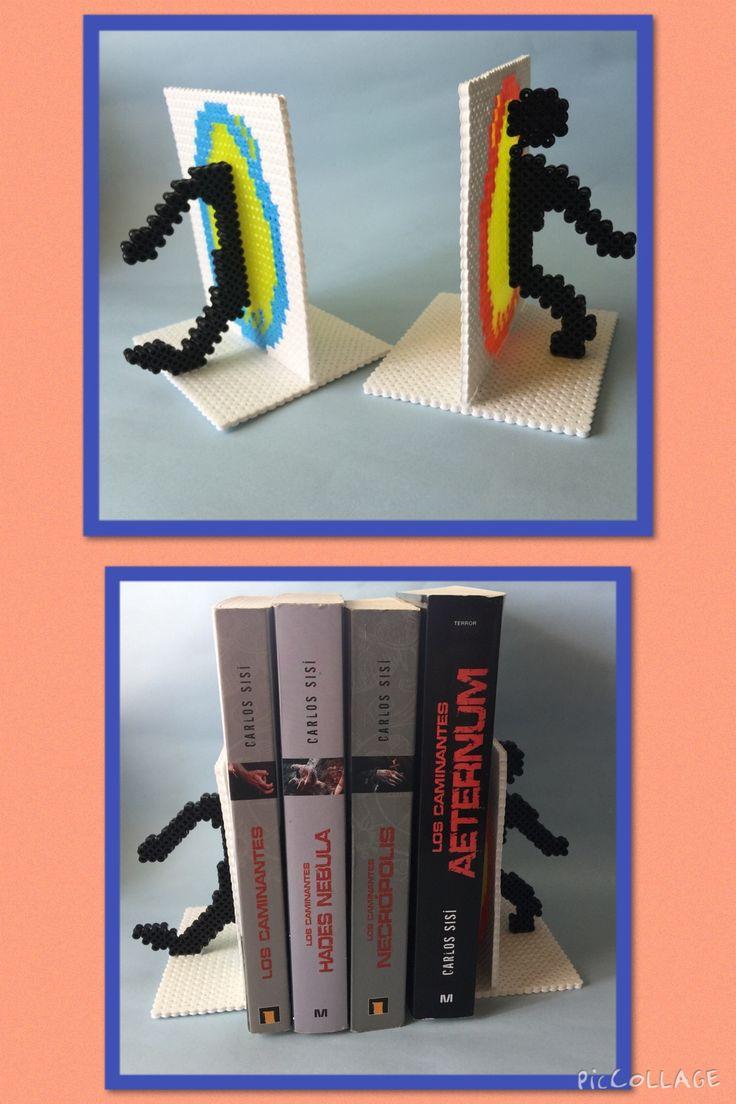 """Sujeta Libros hechos en hama beads de Portal. Podéis encontrar mas artículos en nuestra pagina de facebook: """"D&B Artesanías"""" Pedid precios sin compromiso."""