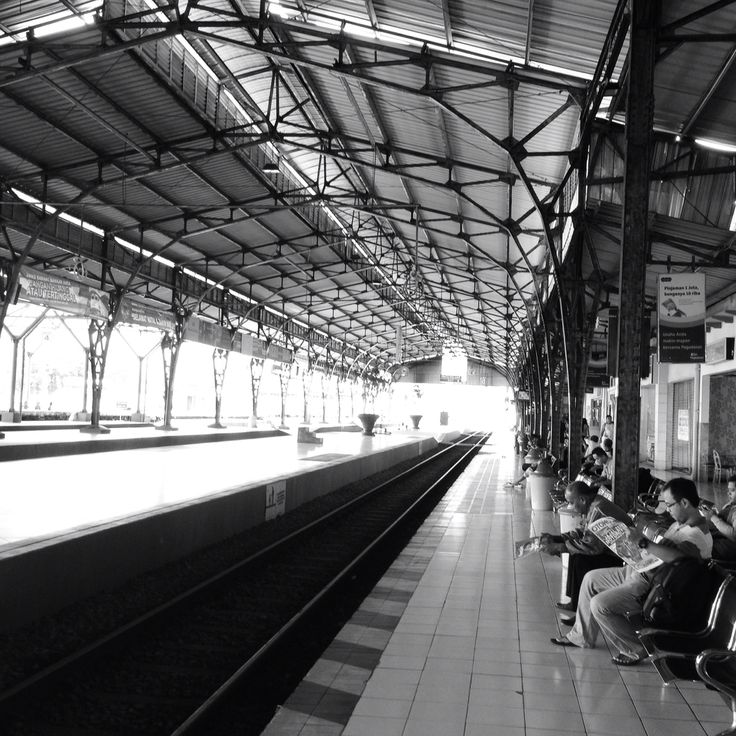 @Purwokerto Train Station....Good and clean enough for tier 3 cities in Indonesia... ready going to Yogyakarta