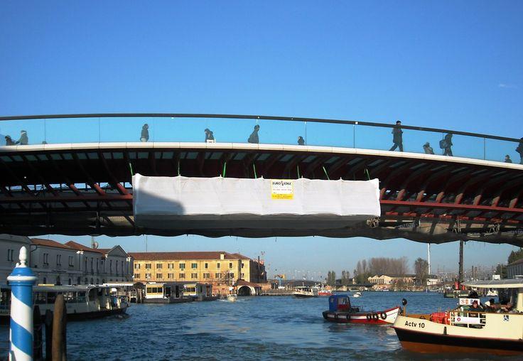 Vista frontale del ponte della Costituzione a Venezia con ponteggio in sospensione sul Canal Grande. Conosciuto anche come ponte di Calatrava, collega l'area della stazione degli autobus di Venezia (Piazzale Roma) con l'area ferroviaria (Stazione Santa Lucia).