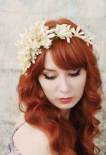 Chioma lunga e sciolta con cerchietto floreale - Chioma rossa, lunga e mossa con cerchietto floreale a contrasto tra le acconciature di capelli lunghi con fiori.