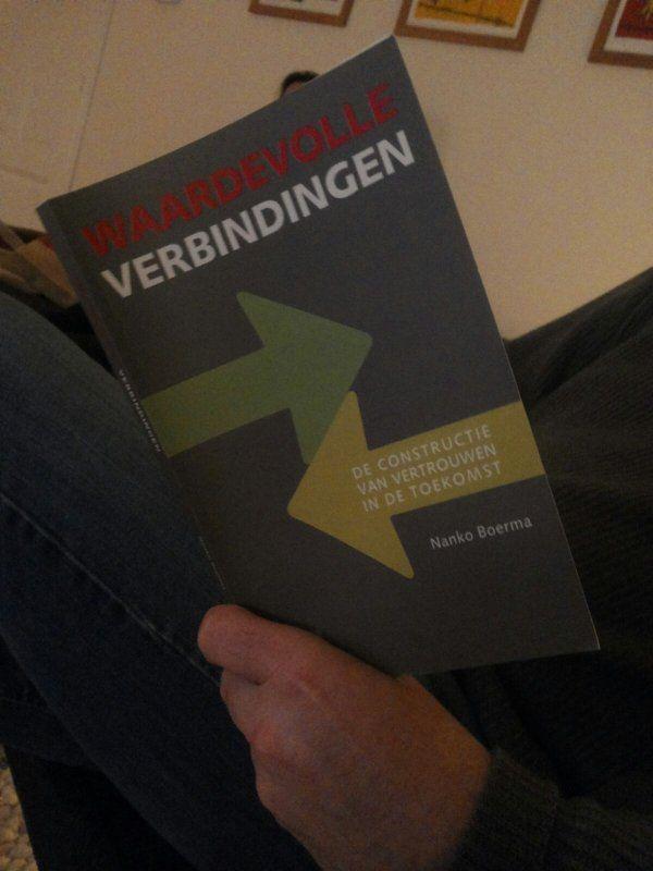De Haagse lezer Michael aandachtig bezig met #waardevolleverbindingen van #nankoboerma.