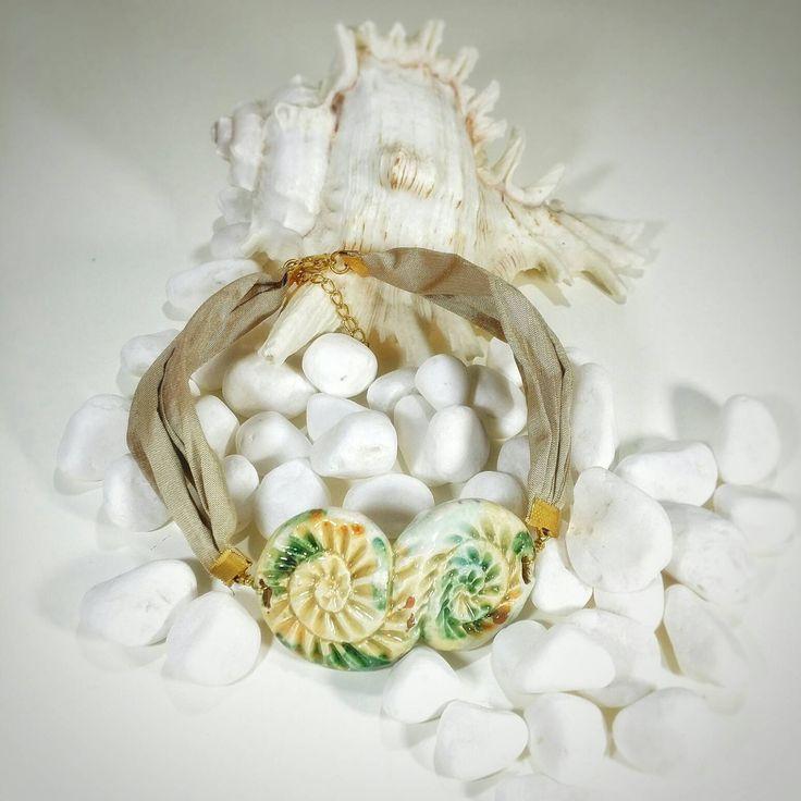 Collana collare in ceramica e tessuto chantilly