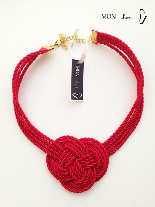 Collar hecho a mano con cordones rojos.