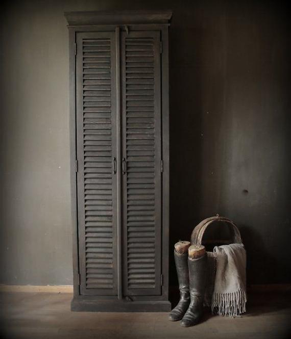 Smalle mat grijze louvre deur kast