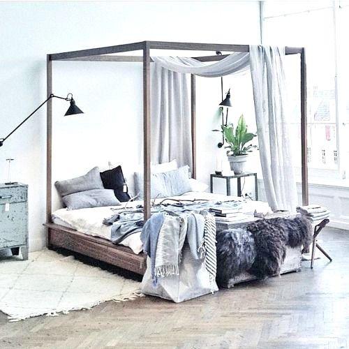 ¡Súper chic! las camas con dosel se vienen fuerte. Aunque el problema es de espacio, si cuentas con un techo alto, ¡FELICIDADES!. Sólo funciona en espacios amplios.