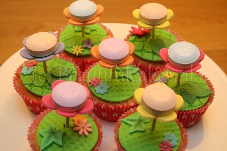 Bloemlollies als cupcakes, traktatie voor de leraren op school (Dag v.d. leraar).