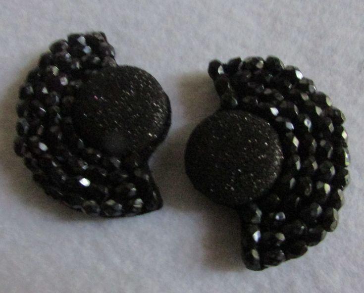 Aro clip negro, bordado a mano alzada en soporte fieltro, El clip va puesto de lado para que tape parte de la oreja